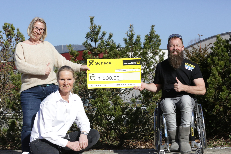 Naturfreunde Wals übergeben Spendenscheck an Thomas Geierspichler
